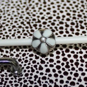 Retired DARLING DAISIES PANDORA White Enamel Clip